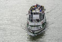 游轮和多瑙河全景在布达佩斯 免版税库存图片