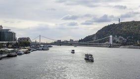 游轮和多瑙河全景在布达佩斯 库存照片