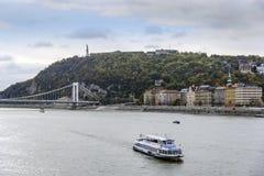 游轮和多瑙河全景在布达佩斯 免版税库存照片