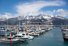 游轮和小游艇船坞seward沿海口岸的  免版税库存照片