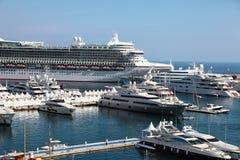 游轮和游艇在摩纳哥的小游艇船坞 库存图片