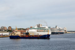 游轮和货轮在哈利法克斯 免版税库存照片