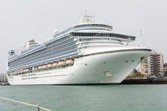 游轮在卡迪士,西班牙港靠了码头  库存照片
