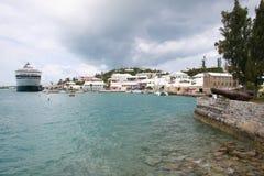 游轮在哈密尔顿,百慕大靠了码头 免版税库存图片