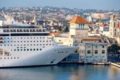 游轮在哈瓦那巡航终端靠了码头在古巴 库存照片