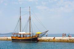 游轮在小游艇船坞在扎达尔,扎达尔是达尔马提亚,克罗地亚的一个历史中心 图库摄影