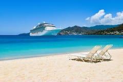 游轮在有海滩睡椅的加勒比海在白色沙滩 夏天旅行概念 免版税库存图片