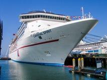 游轮在码头的狂欢节精神在圣地亚哥 免版税库存照片