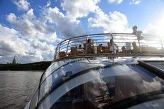 游轮在莫斯科河航行 彩色照片 背景蓝天 免版税库存照片