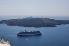 游轮在离圣托里尼的附近海岸  圣托里尼-一m 免版税图库摄影