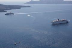 游轮在离圣托里尼的附近海岸  圣托里尼-一m 库存照片