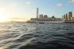 游轮在维多利亚港口 香港 库存图片