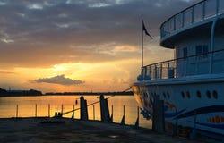 游轮河停泊处的在日落,雷宾斯克亚历山大Benois 库存图片