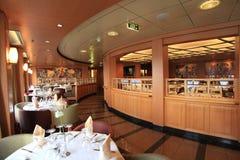 游轮的一间典雅的餐厅 图库摄影