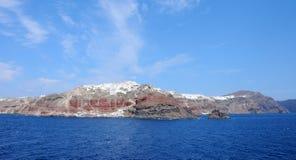 从游轮的圣托里尼Oia村庄全景 免版税图库摄影
