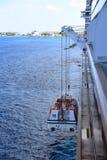 游轮的招标winched下来到海 免版税库存图片