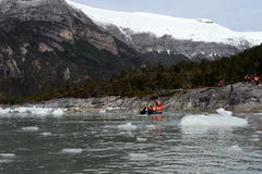 从游轮的游人在岸登陆了在插入式放大器冰川附近 库存照片