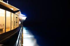 游轮的边在晚上 免版税库存照片