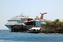 游轮着陆,热带海岛 免版税库存照片