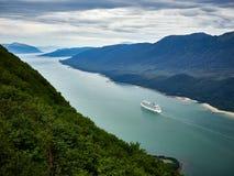 游轮离开朱诺港口阿拉斯加 免版税库存照片