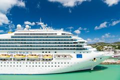 游轮肋前缘Magica在海港,安提瓜岛靠了码头 免版税库存照片