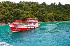 游轮靠了码头在红色的岸 免版税库存照片