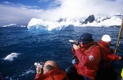 从游轮马可・波罗的生态游人在Errera海峡的可膨胀的黄道带小船在Culverville海岛,南极洲 库存照片