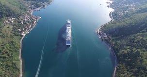 游轮鸟瞰图在科托尔湾 股票录像