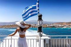 游遍基克拉泽斯的希腊渡轮的妇女 免版税库存图片