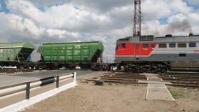 游遍移动的柴油铁路车 机车游遍横穿 股票视频