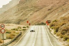 游遍Judaean沙漠的汽车 以色列 库存图片