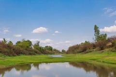 湄公河、天空和绿草 库存图片