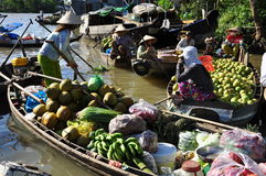 湄公河三角洲浮动市场 水果和蔬菜 免版税库存照片
