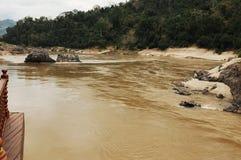 湄公河在北部老挝是安静危险的在最低水位 库存图片