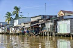 湄公河的五颜六色的房子 免版税库存图片