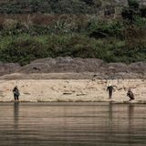 湄公河的渔夫在老挝 库存图片