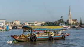 湄公河,越南- 2015年11月29日:越南,湄公河三角洲 在传统浮动市场上的小船 免版税图库摄影
