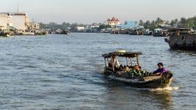 湄公河,越南- 2015年11月29日:越南,湄公河三角洲 在传统浮动市场上的小船 库存图片