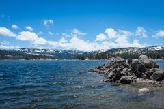 湖、云彩和雪 库存图片