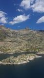 湖、山和云彩 免版税图库摄影