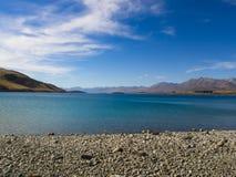 湖、山和天空 免版税图库摄影