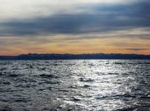 湖、山和天空 免版税库存照片