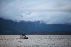 湖、山和小船 免版税库存照片
