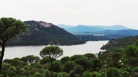 湖、山和树 库存照片
