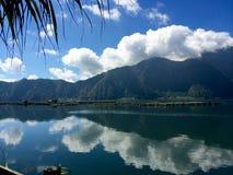 湖、山和美丽的天空 库存图片
