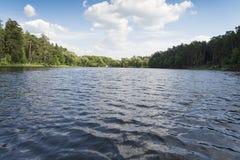 湖、岸和天空 免版税库存照片