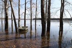 湖、树在水中在洪水期间和小船在春天的一天 图库摄影