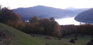 湖、森林和山 库存图片