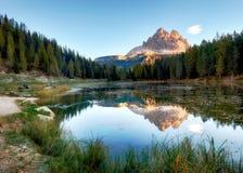 湖与阿尔卑斯高峰反射的山landcape, Lago Antorno, 免版税图库摄影
