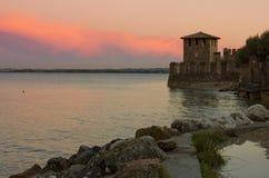 湖与Scaliger城堡的塔的Garda日落 免版税图库摄影